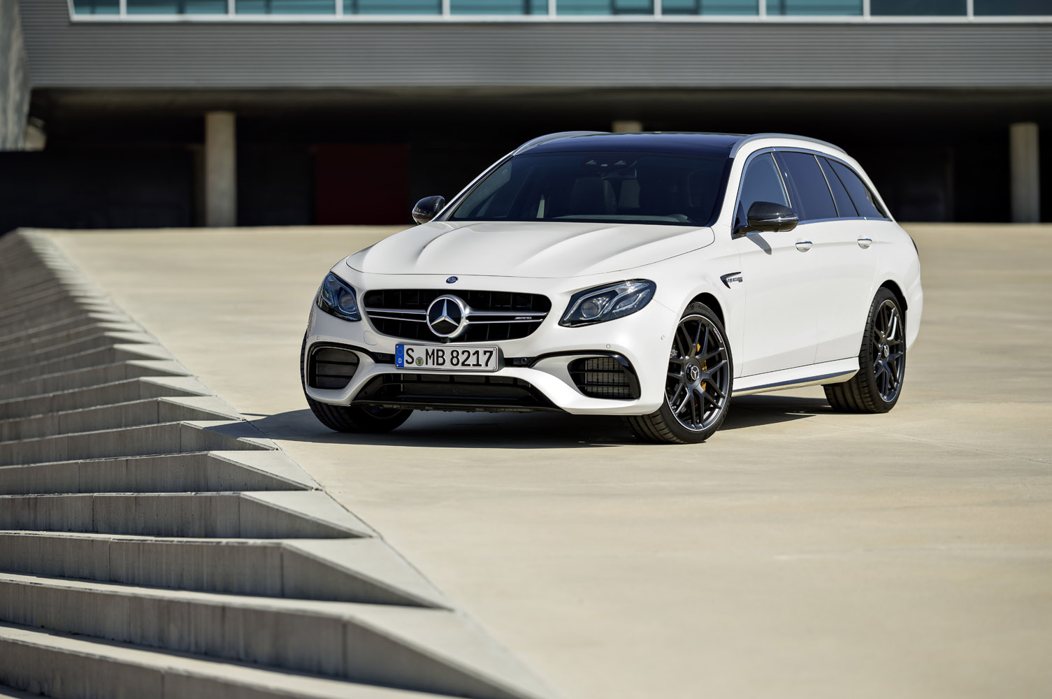 Mercedes-AMG E 63 S 4MATIC+ T-Modell, diamantweiß;Kraftstoffverbrauch kombiniert: 9,1 l/100 km, CO2-Emissionen kombiniert: 206 g/km* Mercedes-AMG E 63 S 4MATIC+ Estate, diamond white;Fuel consumption combined: 9.1 l/100 km; combined CO2 emissions: 206 g/km*
